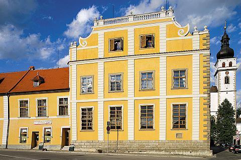 """Bývalá """"Rezidence"""" rodu Buquoyů v Nových Hradech, zdroj: Libor Sváček archiv Vydavatelství MCU"""