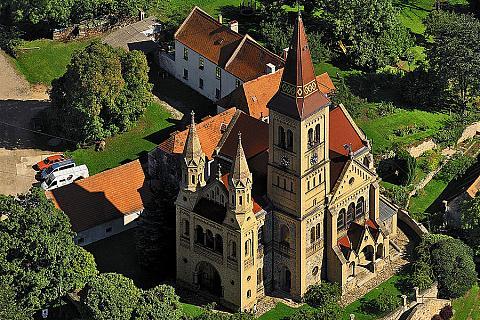 Hosínský novorománský kostel má původní románskou apsidu z 11. stol., zdroj: Libor Sváček archiv Vydavatelství MCU